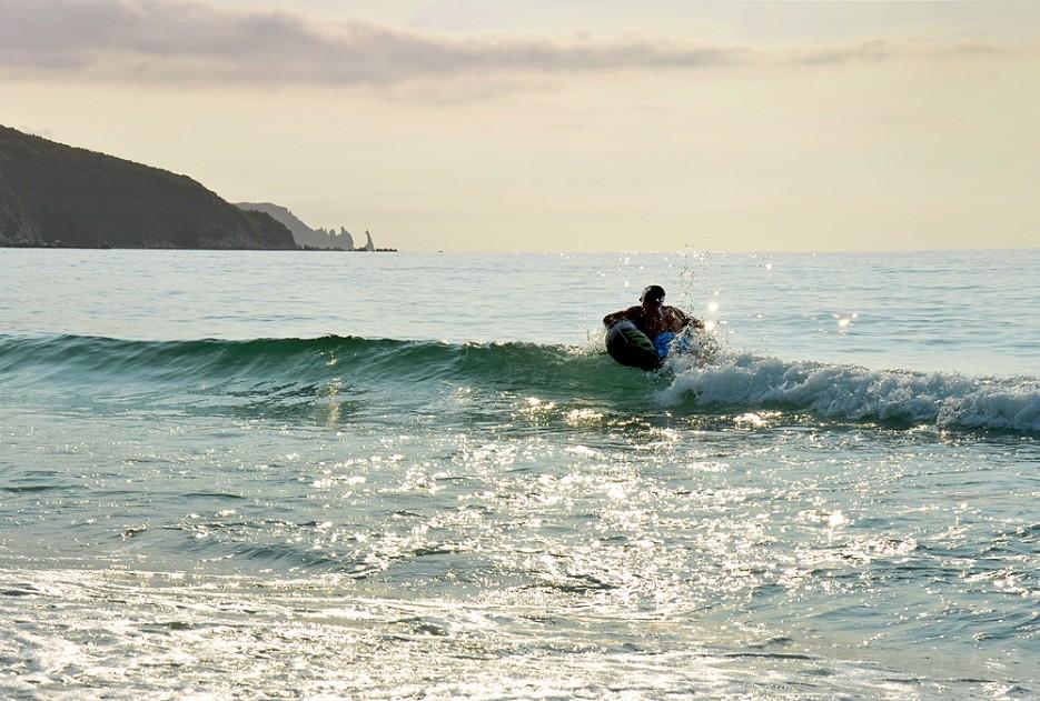 """Что может быть лучше, чем с утра окунуться в воду и поплавать на волнах на матрасе? *Наверное, сейчас никого не удивишь, сказав, что отдыхал в Триозёрье. Во-первых, многие наслышаны о белом песке и цвете моря """"а-ля Тайланд"""", а во-вторых, сказывается транспортная доступность этой бухты. (Это Вам не в Ольгу пилить и даже не в Преображение). Триозёрье, а вернее б. Окунёвая и б. Спокойная, я открыла для себя 11 лет назад, когда там не было ни домиков, ни кемпингов, ни дискотек с магазинами, ни удобных санузлов. И тогда, впервые оказавшись в тех местах, я влюбилась - безнадёжно влюбилась в эти камни, которые похожи то на драконов, то на древние письмена, то на кинжалы! Влюбилась в этот белый песок и чистейшую воду, где почти на самой границе песка и воды плещутся мелкие и очень наглые рыбёшки! (они реально наглые, пощипывают за ноги, если долго стоять на одном месте). Сейчас, конечно, и дороги в Триозёрье (и в остальные бухты) стали лучше, Фиты и Витцы вполне неплохо преодолевают все препятствия, и очень многое застраивается кругом, но всё равно я почти каждый год стараюсь сюда приезжать. С друзьями,с семьёй...и даже пару раз с ребёнком. Несмотря на то, что Триозёрье очень любят весёлые компании и молодёжь (я пока ещё в этой категории людей), там очень много семей с детками - причём разных возрастов, начиная с 2-3х-месячного. С ребёнком ходили на камни - там действительно есть где разгуляться: рыба так и мельтешит, неглубоко и можно собирать ракушки прямо в воде. В Триозёрье и близ лежащих бухтах очень красивая природа...и редко кто с этим не согласится. Я ходила в походы в следующие бухты - и везде одно и то же: камни, словно скульптуры, и чистейшая вода. )) Пробовали мы и за грибами ходить - но из нас те ещё грибники! Да и как можно терять время, драгоценнейшее время - в лесу, когда ждёт тёплое море. Кстати, с температурой воды - тоже свои особенности! Я была 2 раза в августе - вода отличная, немного бодрит, но, если вдруг поменяется течение, тогда в воду спокойно не з"""