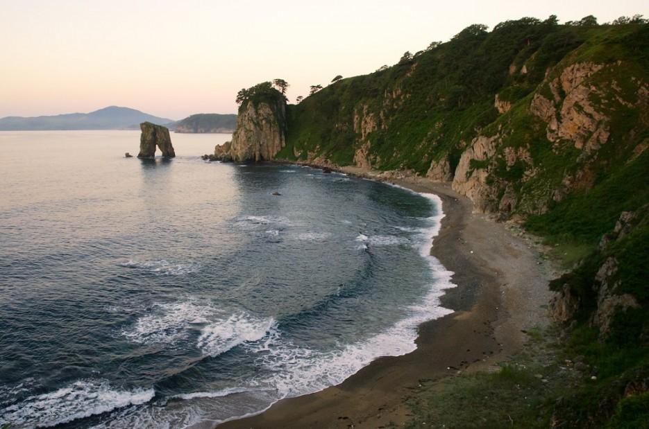 Красивейшая бухточка около кекура Штаны.   Заповедный полуостров Гамова - наперекор ненастью!