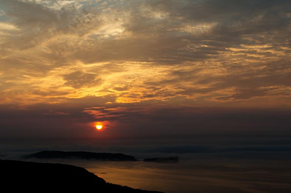 Вынырнул солнечный диск из плотного тумана и осветил всё мягким рассветным светом. Вид на мыс Тобизина.   Остров Русский. Возвращение.