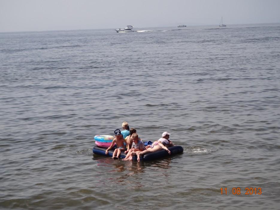 """Вся наша команда сделала себе плот, и решили доплыть до маленьких катерков, которые виднеются в далеке. У нас даже было настоящее весло, только в кадр оно не попало...   Отдых на """"Русском острове"""""""
