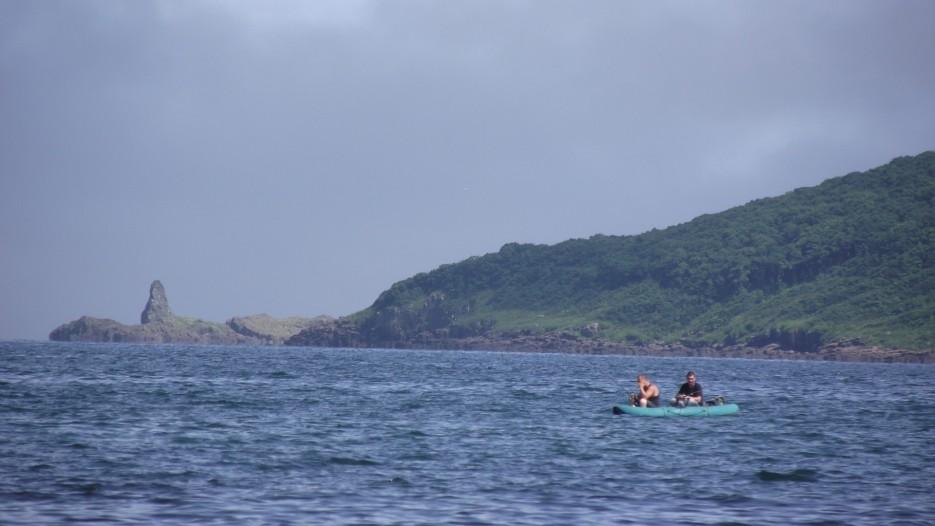 А вот так Островок Птичий и Акулий зуб за ним выглядят с бухты Халдой. Кто не ходил туда на катере - думают, что это - просто северный мыс острова Антипенко. | Прогулки по полуострову Брюса