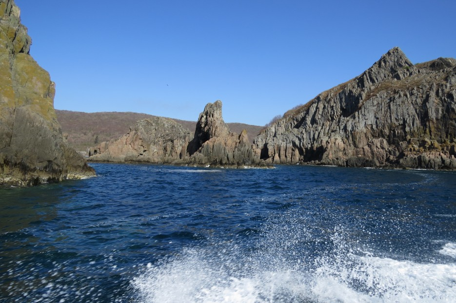 Южная бухта острова Сибирякова. При малых экскурсиях здесь возможна высадка, но берег очень каменистый.   Славянский берег 1. Экспериментальный круговой тур Славянка - Андреевка - Славянка
