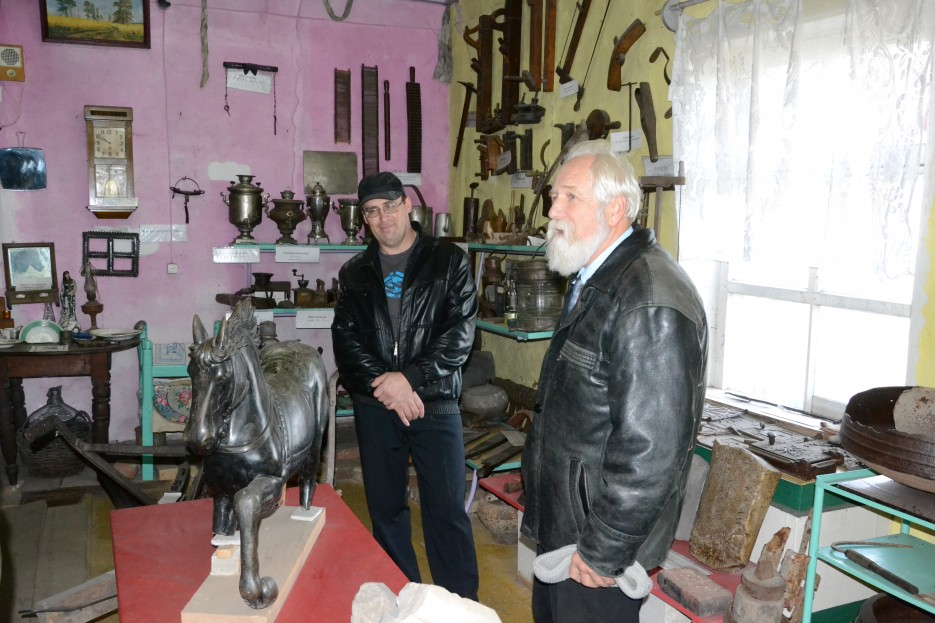 Александр Мешков (слева) и Дмитрий Иванович Вышкварцев в своем музее. К сожалению, у музея нет помещения, и поэтому он больше напоминает временный склад экспонатов. Но рассказчики такие, что закачаешься! | Посьетский естественно-исторический музей