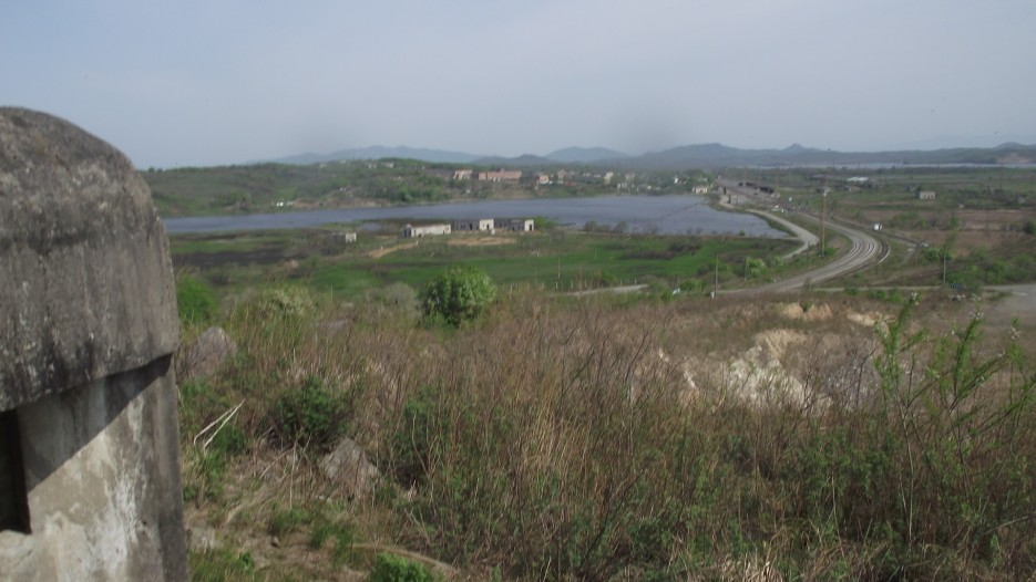 На противоположной стороне реки - корейская железнодорожная станция Туманган   Хасан Легендарный (Краскино - Хасан)