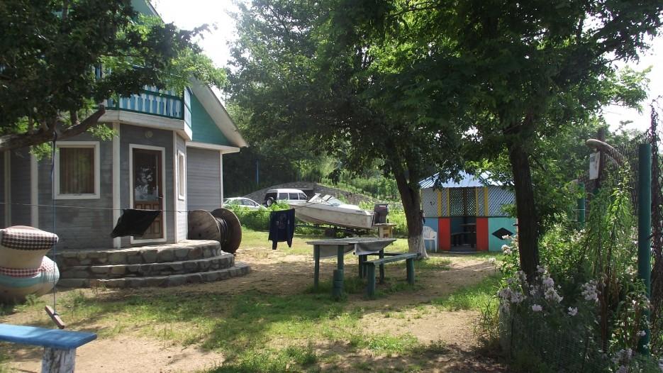 Неплохой домик на 12 человек. Всего по 1000 рублей в сутки, и еще есть банька на дровах. | Посьет. Паромная переправа Посьет - полуостров Краббе.