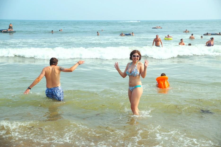 ШАМОРА.ИНФО в первый раз в году окунается в море   Солнечный отдых - на море первый раз в году