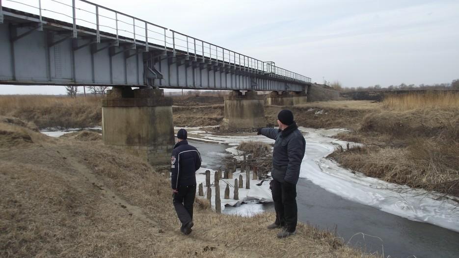 Саша показывает варварство советского периода: в 30 годы при строительстве железнодорожного моста через Янчихэ были использованы каменные блоки с Краскинского городища. Зато они сохранились. | Третья экспедиция. Посьетский грот - Краскинское городище - Краскино - Посьет