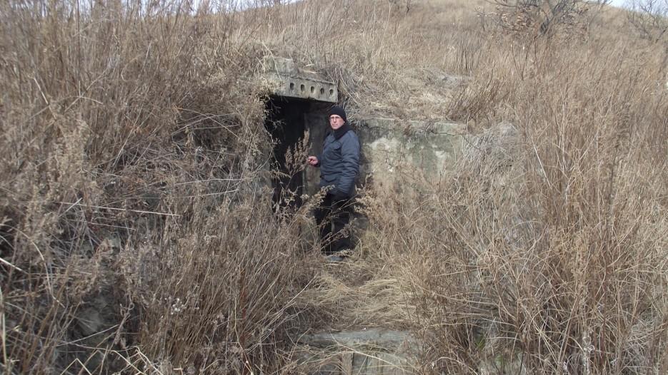Командный пункт советского периода, который строился внутри сопки на случай ядерной войны.Младший брат Владивостокской крепости. Здесь надо делать музей.   Третья экспедиция. Посьетский грот - Краскинское городище - Краскино - Посьет