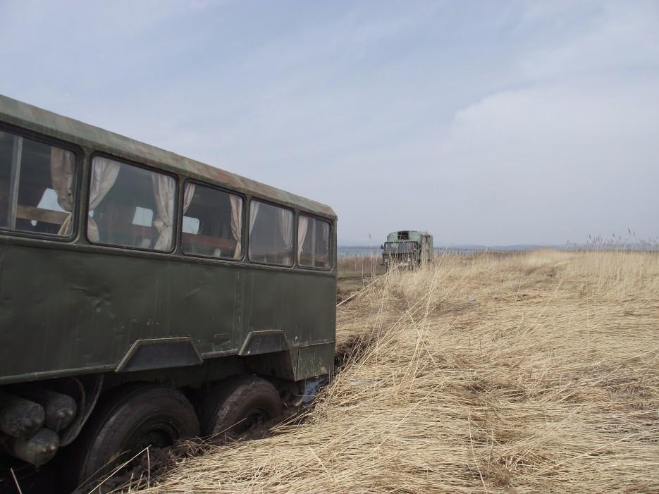 Маленький ГАЗ вытаскивает большой КАМАЗ   Первомай на полуострове Краббе с Катериной Кравцовой