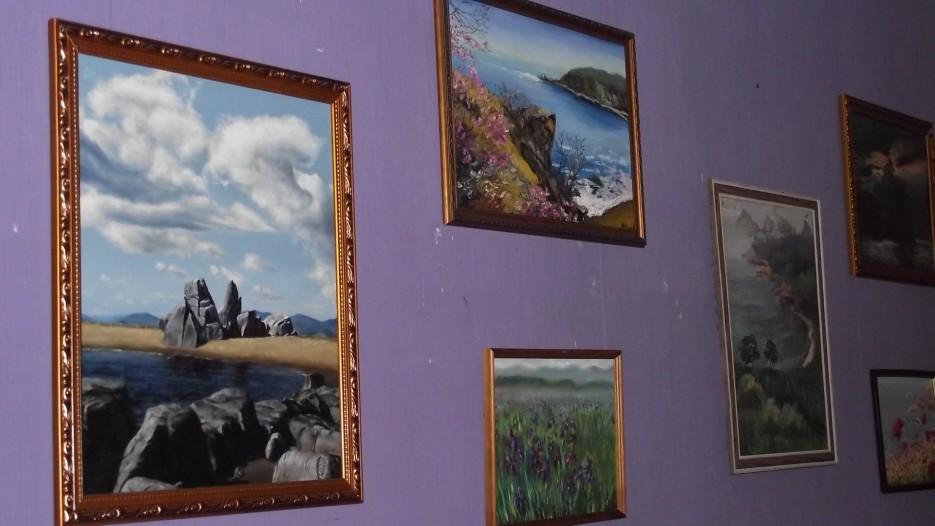 """К сформированной выставке примкнули несколько местных художников...   Первомайская выставка творческого центра """"Лориэль"""" в доме культуры п. Славянка"""