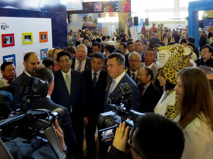 Губернатора встречает глава района в сопровождении леопардов. | Хасанский район на туристской выставке на острове Русском