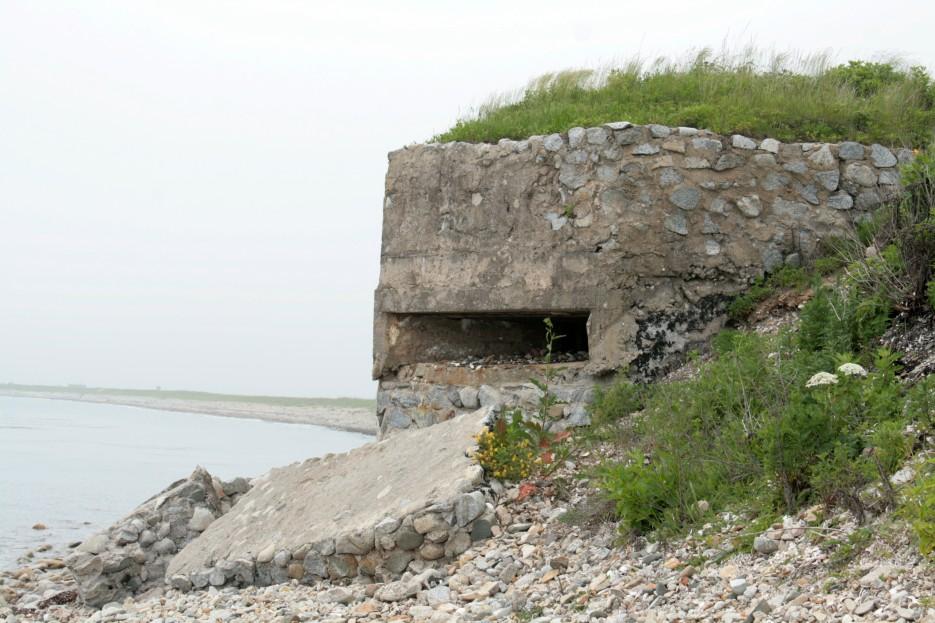 Вдали виден перешеек, соединяющий полуостров Краббе с материком.   Скала Крепость на въезде в Славянку и полуостров Краббе - штурм в тумане