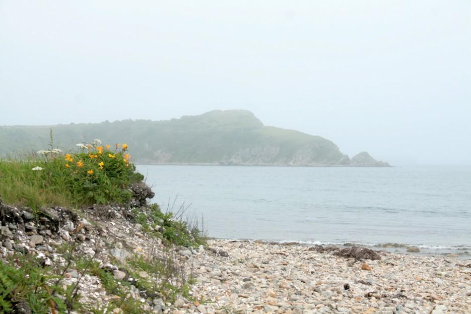 мыс Молот со стороны перешейка полуострова Краббе | Скала Крепость на въезде в Славянку и полуостров Краббе - штурм в тумане