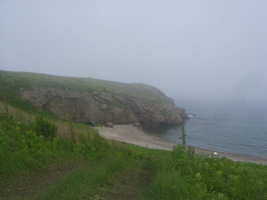 Пляж ниже батареи. Туристы добрались и сюда. | Скала Крепость на въезде в Славянку и полуостров Краббе - штурм в тумане