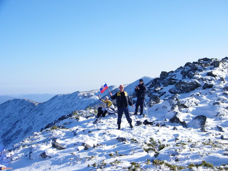 Перед вершиной. На плато перед вершиной г.Облачная, 1854 м.   Зима наступила. Подъем на г.Облачная 1854 м. 24.10.2009 года.