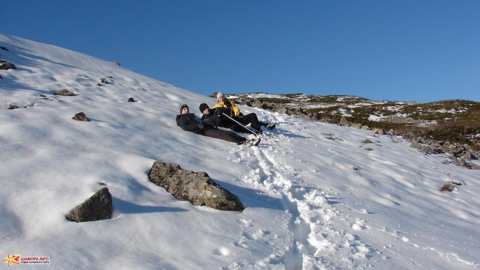 Отдых. Полежим на снегу, отдохнем. | Зима наступила. Подъем на г.Облачная 1854 м. 24.10.2009 года.