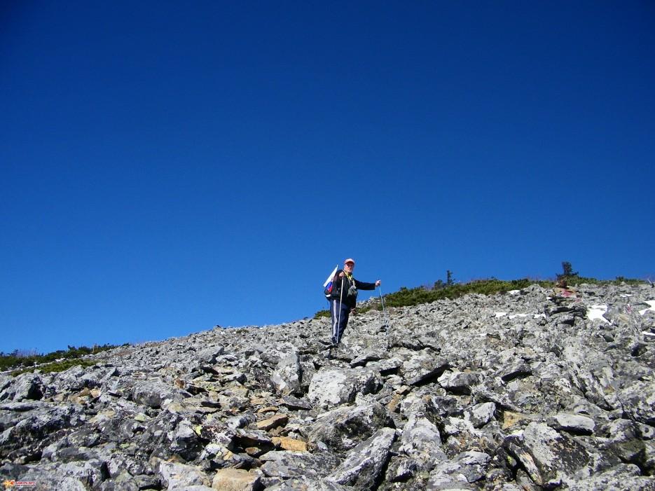 Спуск с вершины. До стоянки № 8 идти еще достаточно далеко, но надо идти.   Зима наступила. Подъем на г.Облачная 1854 м. 24.10.2009 года.