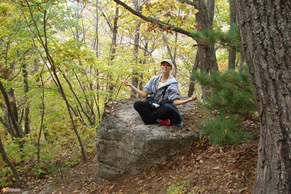 03.Необычный камень. Идя по тропе вверх на хребет встречаешь этот необычный камень. | Чистоводное. «Парк Драконов». 9.10.2010 года.