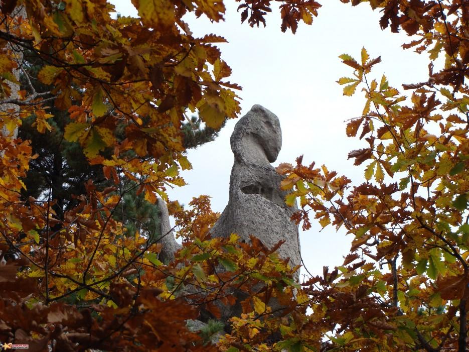06.Дракон. Вот и самый известный камень в виде «Дракона» вставшего на задние лапы. | Чистоводное. «Парк Драконов». 9.10.2010 года.