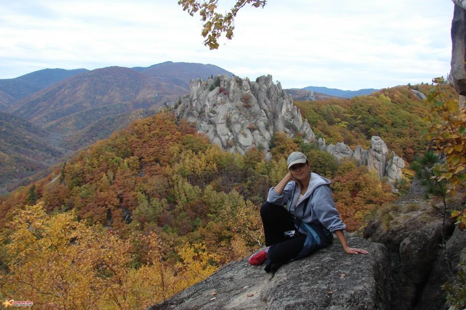 09.На фоне замка. Вид на необычный каменный замок. | Чистоводное. «Парк Драконов». 9.10.2010 года.