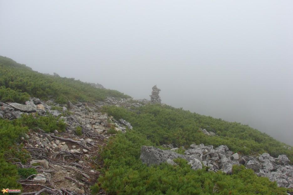 09.Подходим к плато. «Пирамидка» обозначающая спуск на плато. Плато находиться на высоте 1674 м.   Подъем на г.Облачная (1854 м) за облаками. 30.07.2011 года.