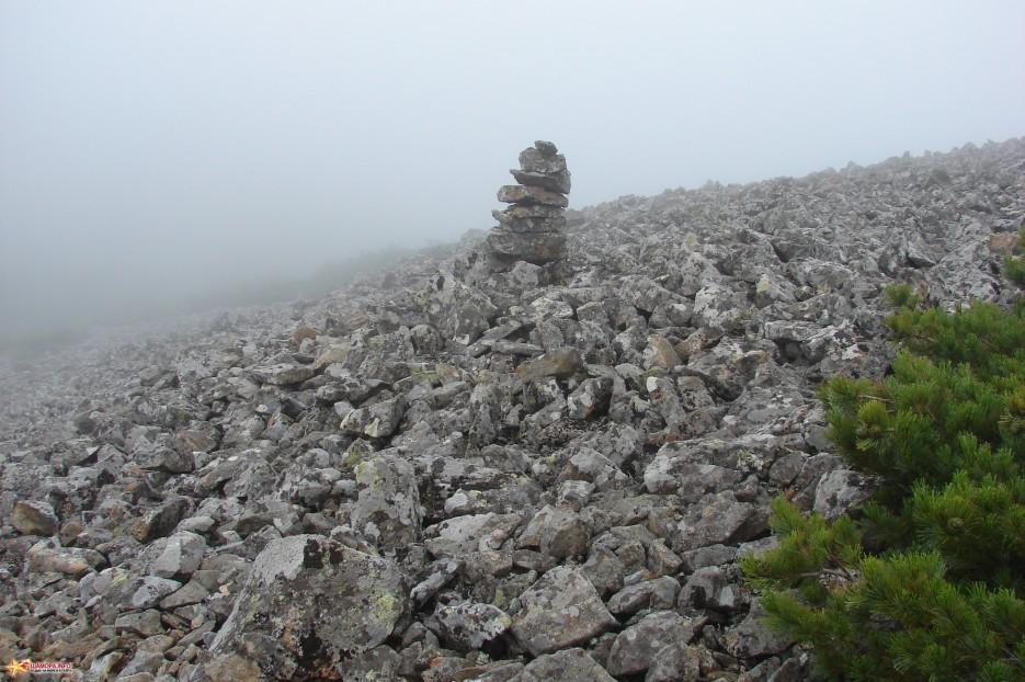 """11.""""Пирамидка"""". «Пирамидка» на спуске в седловину. С седловины начинается подъем на вершину г.Облачная.   Подъем на г.Облачная (1854 м) за облаками. 30.07.2011 года."""