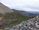 Восточный хребет Слева последняя седловина перед вершиной, в центре снимка часть восточного хребта.