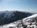 Горы Синяя, Белая, Макарова. Фото из-под вершины г. Лысая. В верхнем правом углу на заднем плане &emdash; Ливадийский хребет в дымке.