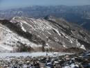 Юго-восточный отрог г. Лысой. На подъеме снег в основном  под кронами деревьев и в самой верхней части голого склона. На заднем плане самая высокая вершина &emdash; гора Черная (отрог Заповедного хребта).