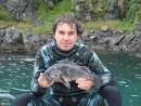 Алексей в своем гламурном костюмчике ;) с окунем, взятым на глубине 21 метр.
