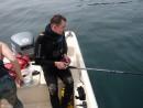 Иногда подводные охотники рыбачат с поверхности... Андрюхо увлеченно пытается поймать рыба пилкером.