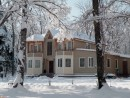 Дом в снегу Центр отдыха в таежном распадке