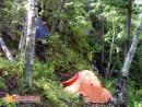 палатки в кулуаре Пара крохотных исскуственных площадок, где возможна установка палаток