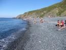 Пляж с черным песком. Остров Рикорда.
