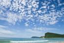 Голубое небо, лазурное море, зеленый лес и белый песок бухты Петрова