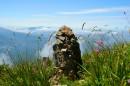Один из дольменов, сложенных вдоль тропы к кресту. Вершина сопки Туманная.