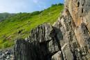 Скала на берегу пляжа мыса Слычкова