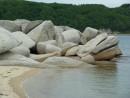 Среди песчаных пляжей камни смотрятся украшением.