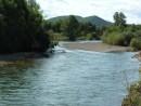 Есть свое очарование в реке бегущей между зеленых берегов.