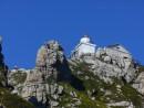 С каждой стороны маяк и окружающие его скалы открывают свои новые грани