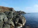 Скалистый берег бухту обрамлял