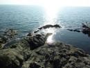 Солнце море освещает