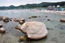 Вид с камней на прибрежную полосу.