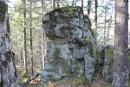 на тропе встречаются такие камни