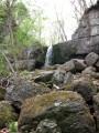 Проход к первому водопаду на ручье Кравцовском лежит через оромные валуны неправильной формы.