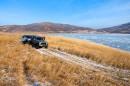 Джипы на берегу озера Родникового