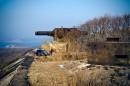 Бруствер форта, броневой визир и основание под РЛС 982 батареи с видом на остров Лаврова.