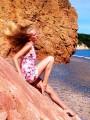 Девушка и розовые скалы. Остров Рикорда.