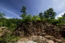 Скалы вдоль реки