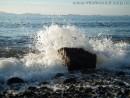 Волна.  Утренние волны разбиваются о скалу, рассыпаясь мириадами радужных осколков.